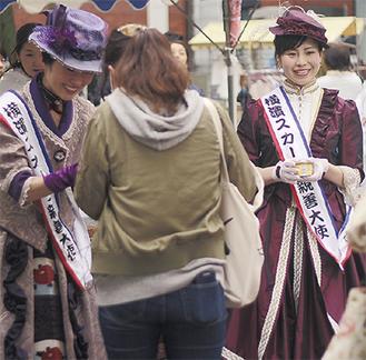横浜スカーフ親善大使がアイスを手渡し