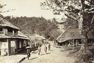根岸の新道 右上の建物は白瀧不動 明治3年 横浜開港資料館所蔵