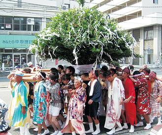 榊神輿/派手な長襦袢を着る由縁は諸説ありますがとても華やか
