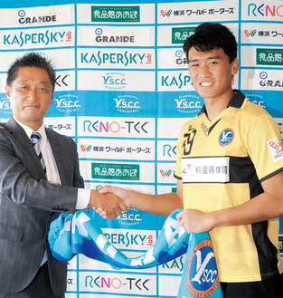 吉野次郎理事長と握手を交わす趙選手(右)
