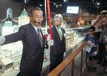 東急電鉄の巴副社長(左)と同館の原副館長による出発式