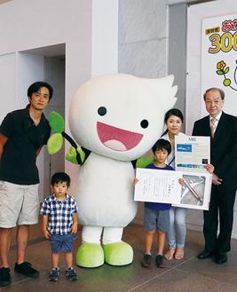 山田くん一家と館長(右)