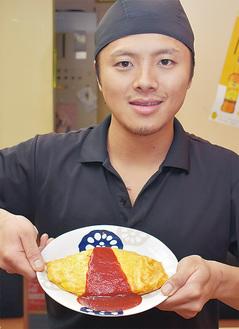 金賞の「オムチャン」を手にする横山店長
