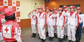 出発式に臨む救護班メンバー(右)