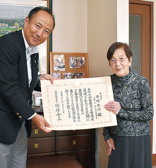 竹前中区長の訪問を受けた今村さん(右)