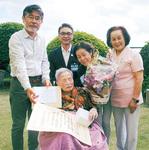 来月100歳を迎える青木さん(中央)