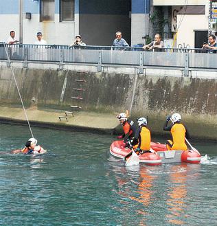 溺水者役が川に入り救出の訓練が行われた