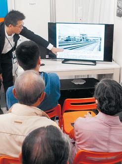 1964年に完成した西横浜駅の橋上駅舎について説明する、相鉄社員の鈴木さん