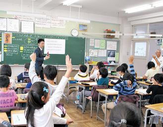 子どもたちは資料からわかることを積極的に発言しようとしていた(4年1組)