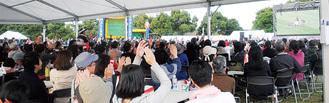 日本代表のトライが決まり盛り上がる観戦者たち