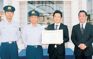 宮川署長から感謝状を受け取る山上さん