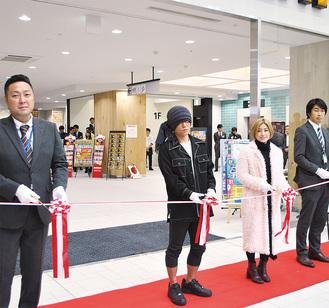 「港山下ナナイロ」管理責任者の辻本奈輔氏、IMALUさん、HAN―KUNさん、窪田洋士店長によりテープカットが行われた