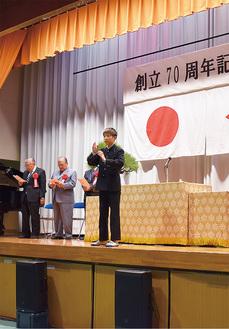 3年生の伊藤渉さんの指揮で校歌斉唱