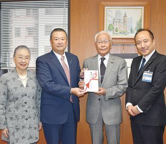 寄付金を金子中区社協会長に手渡す江戸清の高橋社長(中央左)。左は相談役の徳子さん。右は竹前中区長