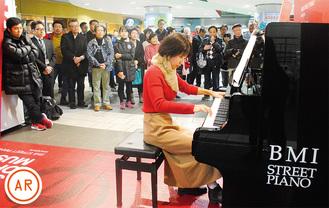"""""""弾き初め""""を行う、市職員の妻で元ピアノ講師の谷口温子さん※演奏動画がARで見られます(見方は下部参照、20日まで)"""