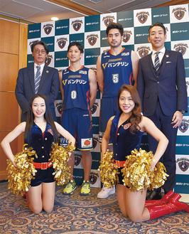 選手と会見に臨んだ宮原社長(右)と岡本CEO(左)