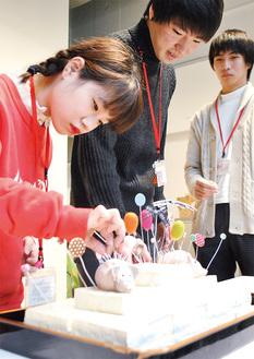 豆腐に針を刺す生徒ら