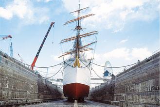 前々回の1990年度の様子。船底と石造りドックがあらわに(帆船日本丸・横浜みなと博物館提供)