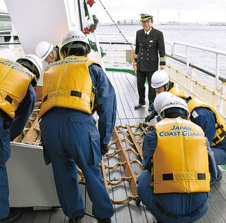 甲板の救命用縄はしごの確認も