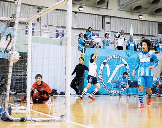 勝利を決定づける4点目を挙げ、右手を突き上げて喜ぶフットサルチームの高橋選手(中央)