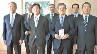 掛江局長(中央左)から金近会長(中央右)に寄付が贈呈された