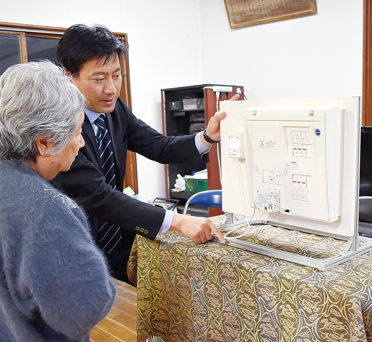 今回の配布機器について説明を受ける参加者=7日、山元町2丁目町内会館
