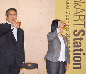 開所セレモニーで乾杯する池田代表(左)