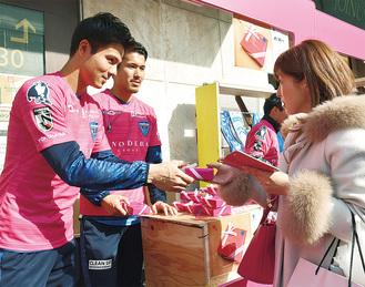 女性にチョコレートを渡す大内選手(左)と辻選手