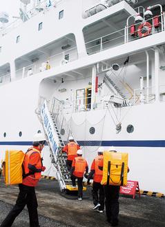 船舶型基地局用の通信機材を船内へ運ぶ