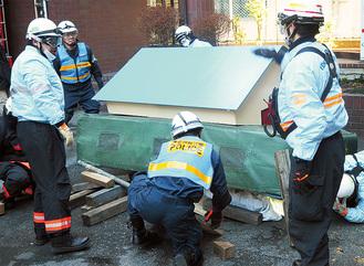 救出訓練を行う警察官と消防団員