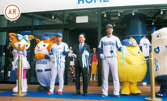 テープカットを行う(左から)三嶋一輝投手、岡村信悟球団社長、三上朋也投手
