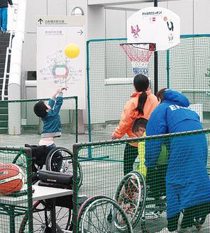 車いすバスケを体験する参加者