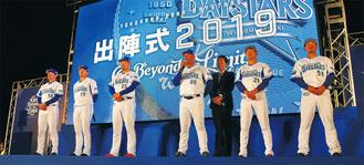決意を述べるラミレス監督(左から4人目)と選手