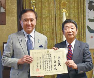 感謝状を手にする筒井社長(右)