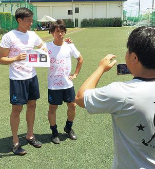 SDGsへのメッセージ動画を収録する(左から)チョンハンチョル選手、山内恵太選手