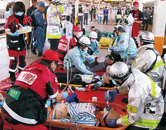 救護活動を行うDMATと消防隊