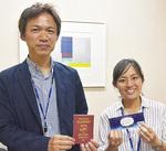 クーポン(右)とベイパスポートを手にする担当者