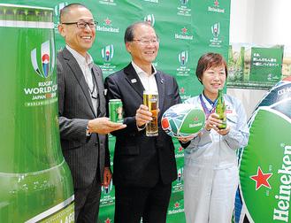 特別デザインを手にPRする神崎工場長(右)、西山室長(中)、同社・園部好横浜支社長