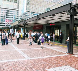 県内最高額となった横浜駅西口バスターミナル前通り