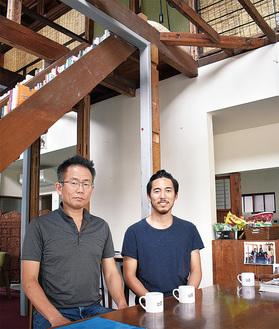 レシピ本制作を支援するCoCの加藤功甫代表(右)と理事の中村典宏さん(カサコにおいて)