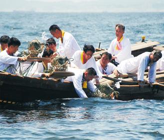 災厄を託した「お馬さま」を海上に流す(写真は2017年)
