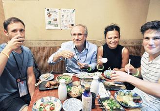 初めて飲む日本酒に「おいしい」と参加者たち。野毛の居酒屋でお酒と料理を楽しんだ(「鳥どり」にて)
