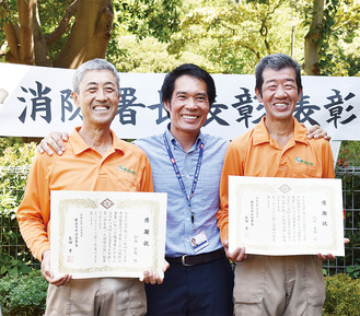 オルティズさんを囲んで記念撮影する、加藤さん(左端)と池田さん(右端)