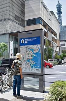 クイーンズスクエア横浜前、けやき通り沿いに整備された案内サイン