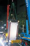 100tと360tクレーンで吊り上げ、約6.9mの巨大ボイラー(本体)を搬入