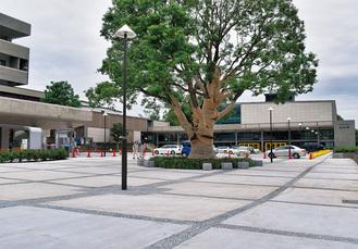 入口には開放感のある広場も。左手が青少年センター。奥が音楽堂