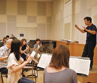プロアマ混合の演奏者へ助言を送る横山さん