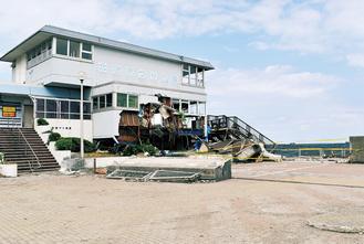 甚大な被害を受けた本牧海釣り施設。管理棟は大きく破損。防波堤の一部は敷地内部まで流されていた(9月12日撮影)