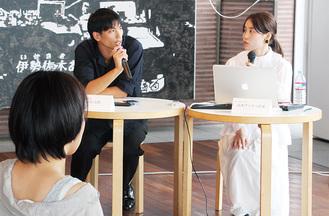 作品を解説する山本さん(右)