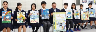 入賞した作品を手にする中学生ら。最優秀は山谷会長(中央)が手にする絵柄